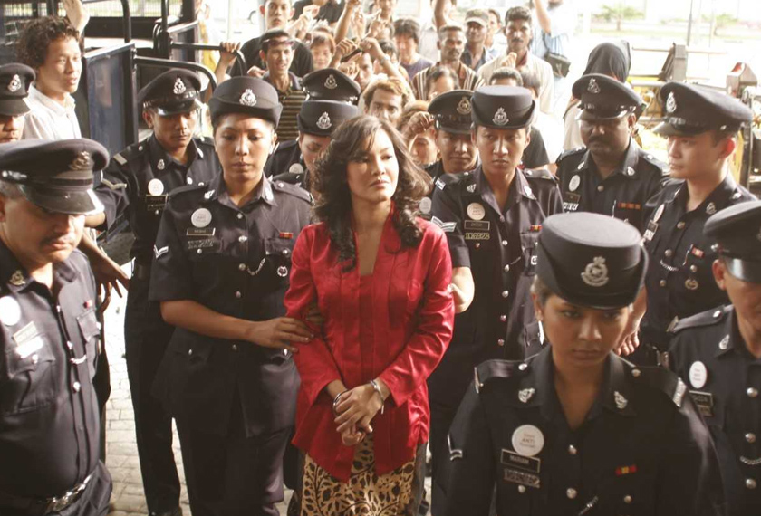 'Wanita berkebaya merah', Diana Dahlan dibawa ke mahkamah untuk perbicaraan.