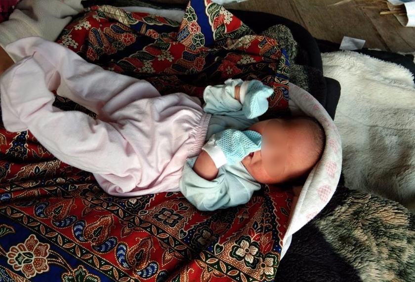 Bayi cukup sifat ini ditinggalkan individu tidak bertanggungjawab di tangga sebuah rumah.