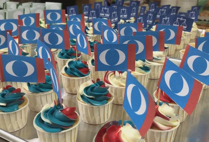 Azrul Nizam juga menerima tempahan kek cawan untuk Pakatan Harapan.