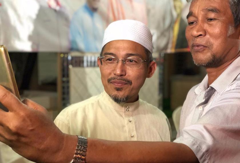 Nik Omar diserbu penyokong yang mahu merakam gambar dengannya. - Astro AWANI / MARLINA MANAF