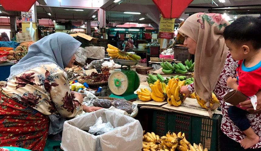 Kak Yah gigih melayan pelanggan di Pasar Siti Khadijah di Kota Bharu, Kelantan. - Astro AWANI/Marlina Manaf