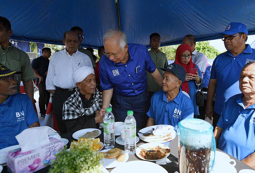 Najib (tengah) beramah mesra dengan penduduk pada Majlis Bertemu dan Bersarapan bersama Pengundi di perkarangan Pusat Daerah Mengundi Paloh Hinai hari ini.