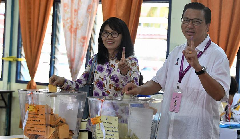 Liow dan isteri Lee Sun Loo mengundi pada Pilihan Raya Umum ke-14 di Pusat Mengundi, Sekolah Kebangsaan Sulaiman hari ini. --fotoBERNAMA