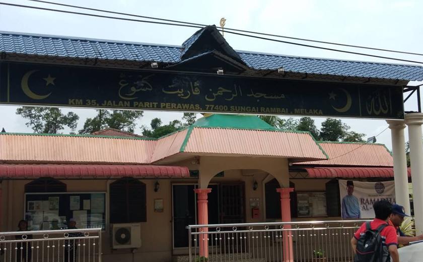 Bayi lelaki malang itu ditinggalkan di masjid ini oleh individu tidak bertanggungjawab.