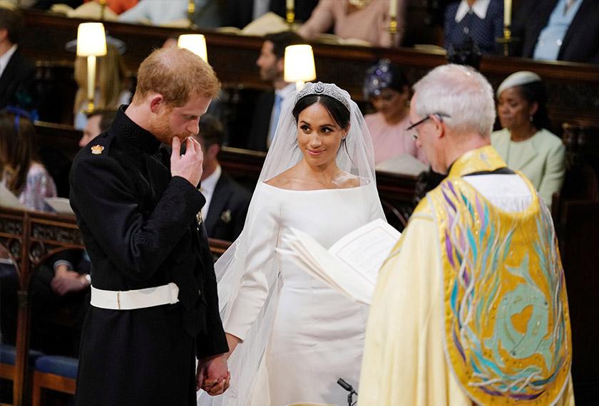 Putera Harry dan Meghan Markle mendengar sesuatu yang diucapkan paderi.