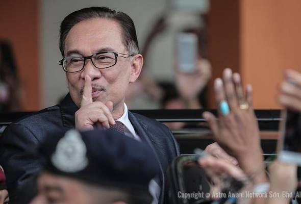 Viral video pengampunan: Anwar terharu, Azizah menangis