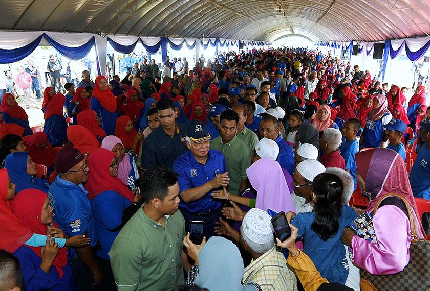 Najib (tengah) beramah mesra dan bersalaman ketika disambut warga Felda pada Majlis Ramah Mesra Bersama Warga Felda Gugusan Chini, di Dataran Pusat Tenun Felda Chini, hari ini.