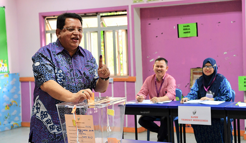 Tengku Adnan mengundi di Sekolah Kebangsaan Putrajaya Presint 9 (1) hari ini. --fotoBERNAMA