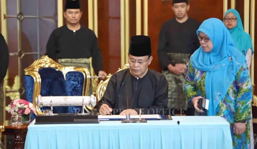 Osman menandatangani watikah pelantikan dan rahsia-rahsia kerajaan.