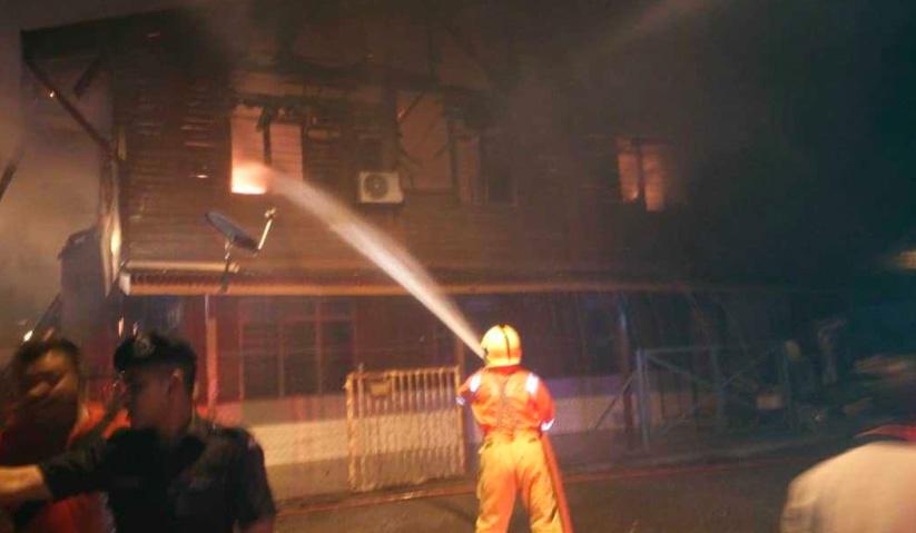 Anggota bomba sedang memadamkan kebakaran di salah sebuah rumah di Kampung Baru Cina Repas, Bentong, awal pagi ini. - Foto ihsan JBPM