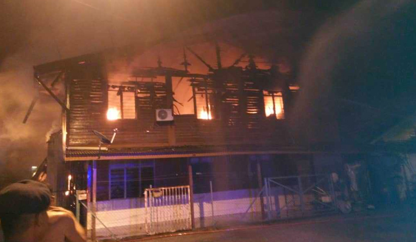 Keadaan rumah yang sedang terbakar di Kampung Baru Cina Repas, Bentong, awal pagi ini. - Foto ihsan JBPM