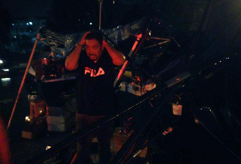 Orang ramai menyelamatkan diri ketika kejadian ribut di Uptown Bandar Perda.