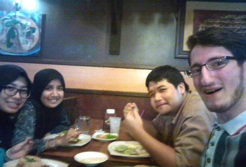 Ibrahim berbuka puasa bersama-sama rakan di Malaysia