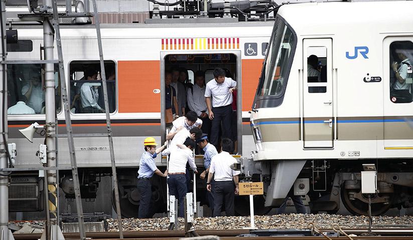 Orang ramai diarah turun daripada kereta api di Osaka susulan gempa bumi yang melanda kawasan itu hari ini. - Kyodo/REUTERS