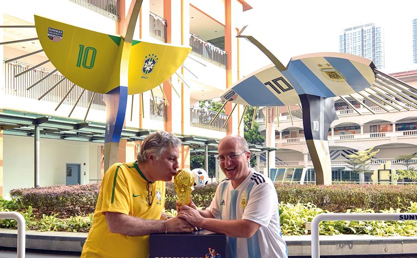 Duta Brazil ke Malaysia Carlos Martins Ceglia (kiri) mencium replika trofi Piala Dunia 2018.
