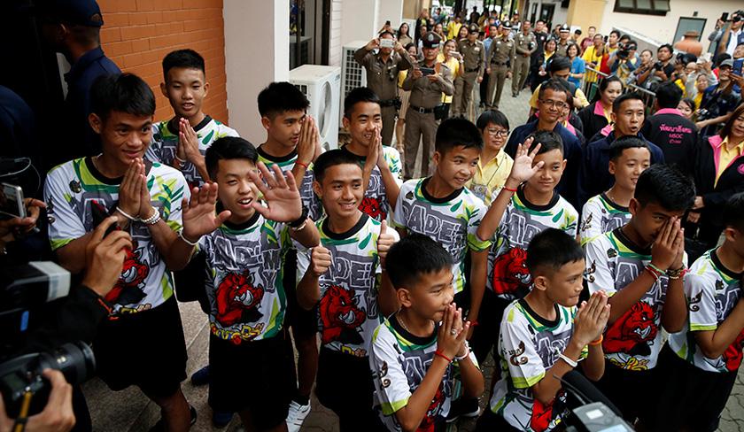 Kesemua 12 remaja dan seorang jurulatih pasukan bola sepak remaja Thailand yang terperangkap dalam Gua Tham Luang di Chiang Rai dibenarkan keluar dari hospital hari ini. Foto: Reuters