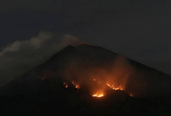 Gunung Agung meletus kembali, muntah batu berapi sejauh 2km