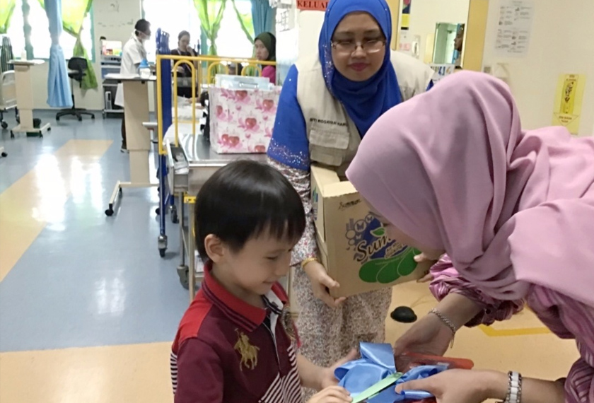 Datin Nabila melawat wad kanak-kanak.