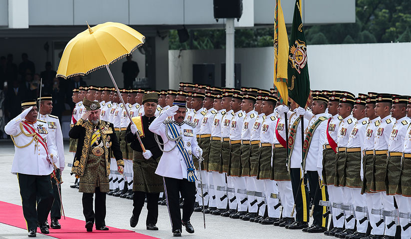 Sultan Muhammad V kemudian memeriksa pasukan Kawalan Kehormat Utama. - Astro AWANI/Shahir Omar