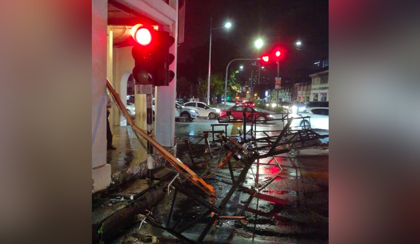 Perjalanan trafik terjejas apabila terdapat kabel elektrik melintang di atas jalan dan pokok tumbang yang besar. - Foto JBPM