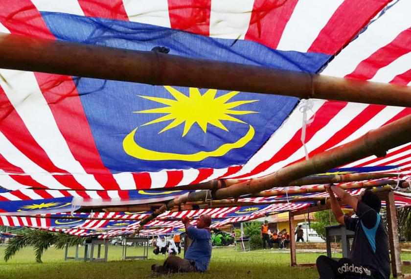 Guru Besarnya, Che Hassin Isa berkata, ketinggian wau itu diukur mengikut tahun sambutan kemerdekaan manakala lebarnya 57 kaki sempena negara merdeka pada tahun 1957.- Foto Astro AWANI/Vivi Sumanti