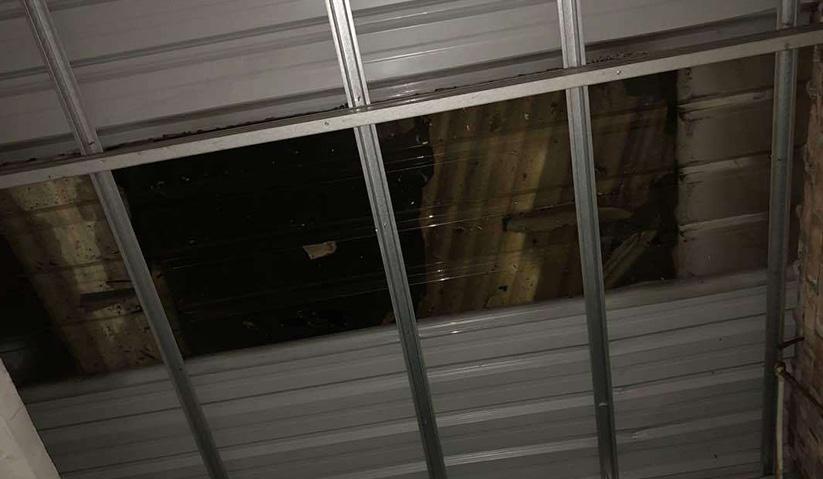 Bumbung sebuah premis kediaman yang diterbangkan angin kuat di Pulau Pinang malam tadi. Foto JBPM