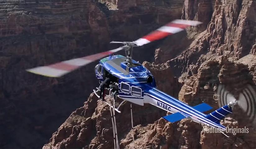 Smith bersedia di tepi helikopter sebelum membuat terjunan bungee. - Reuters