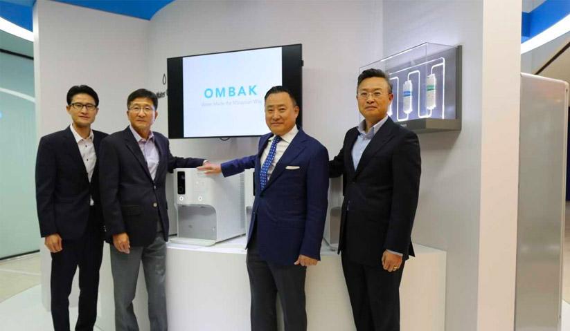 Harri (dua kanan) dan barisan pengurusan Coway Co. Ltd. memperkenalkan Ombak