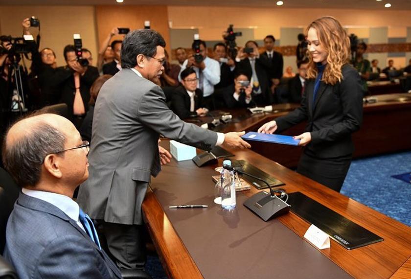 Jo-Anna Sue Henley Rampas ketika berada di majlis angkat sumpah bagi jawatan setiausaha politik kepada Ketua Menteri Sabah