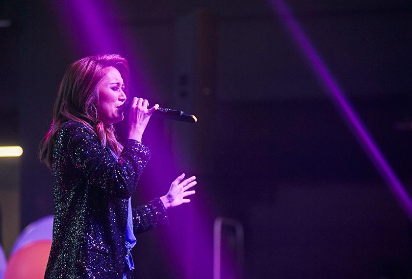 Ayda Jebat membuat persembahan di majlis pelancaran OPPO F9 Starry Purple