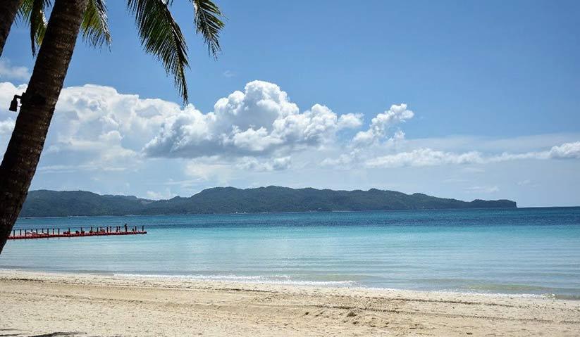 Di Pulau Boracay, pelancong diharamkan menempatkan tempat perbaringan, meja dan kerusi, payung pantai dan seumpanya di mana-mana dalam lingkungan zon eksklusif 30 meter dari pesisir pantai, yang baru ditetapkan. - Hezril Azmin/Ceritalah