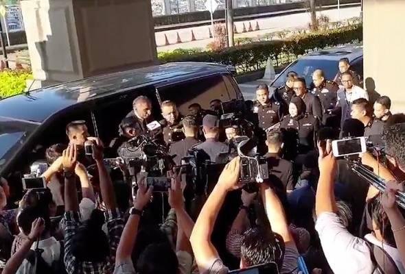 Irwan dibawa keluar dari SPRM ke Mahkamah Kuala Lumpur