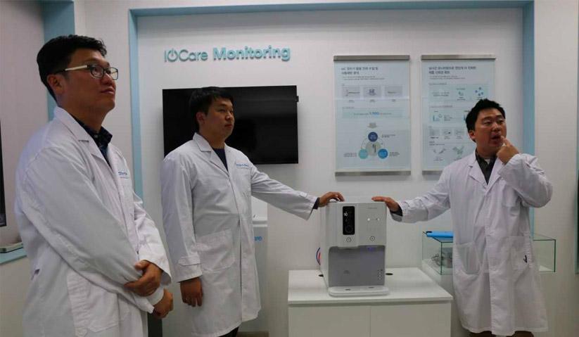 Pakar penyelidikan dan pembangunan (R&D) Coway memberi penjelasan mengenai fungsi Ombak