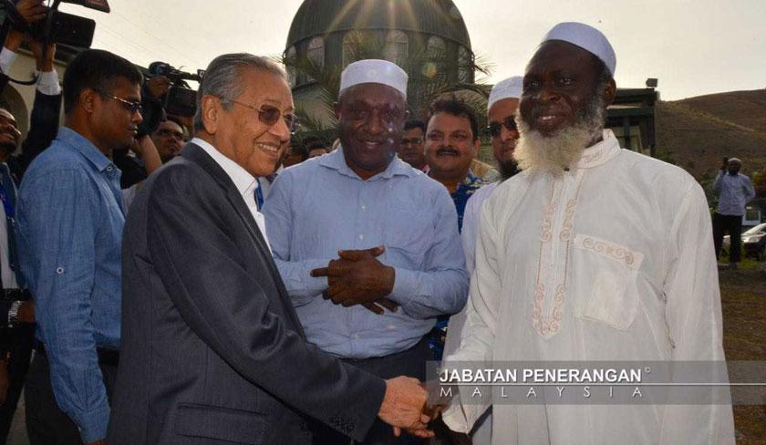 Dr Mahathir mempunyai kaitan dengan pembinaan Masjid Hohola ketika beliau memegang jawatan sebagai Perdana Menteri Keempat. - Foto: Jabatan Penerangan