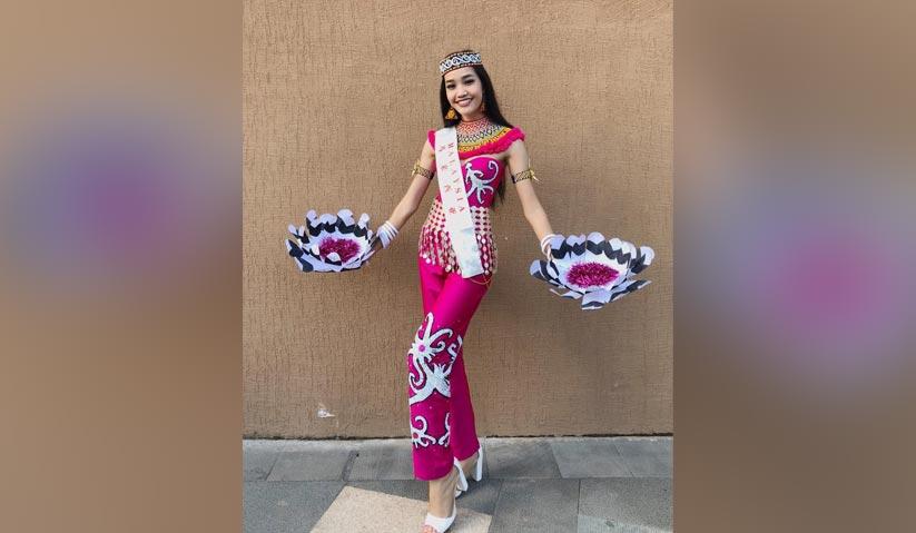 Inspirasi budaya etnik di Sarawak jadi pilihan Larissa untuk segmen Kostum Kebangsaan. - Instagram/Larissa Ping