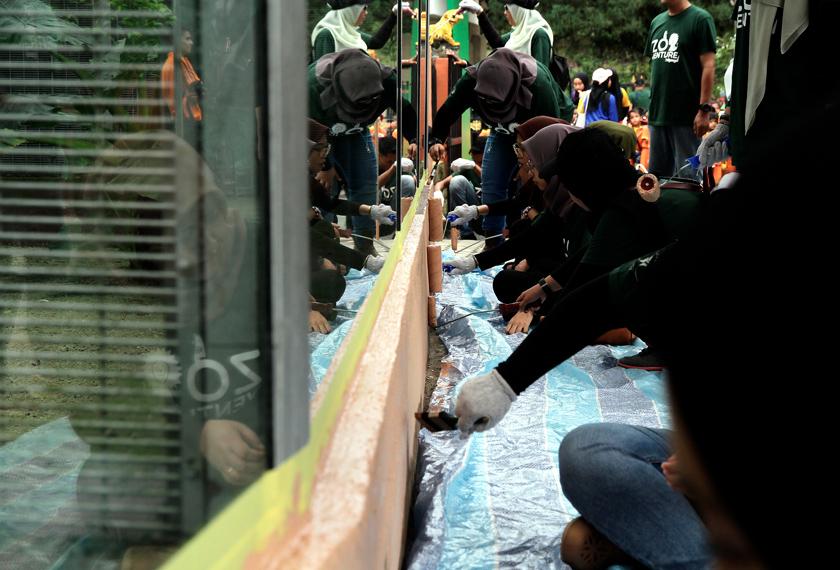 Sebahagian daripada kakitangan KPRJ mengecat semula tembok di dalam ruang legar Zoo Johor. - Bernama