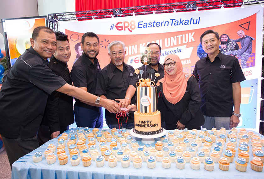 Cake cutting ceremony with the Board of Directors and Chief Executive Officer of Great Eastern Takaful Berhad together with Datuk Haji Aznil Nawawi. - Great Eastern Pics
