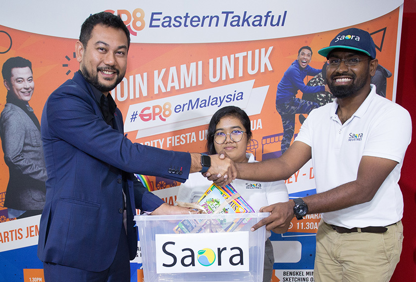 Walking the talk. Encik Shahrul Azlan Shahriman (left), Chief Executive Officer of Great Eastern Takaful Berhad donating children's books to Ganesh Muren, Chief Executive Officer of Saora Industries to kick start the #Gr8erMalaysia Campaign. - Great Eastern Pics