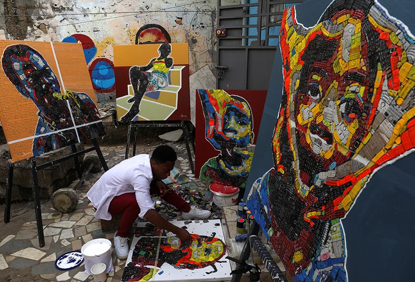 Koffi tergerak untuk menghasilkan karya seninya selepas memerhatikan kesan bahan buangan elektronik yang mencemari kejiranannya. - Reuters