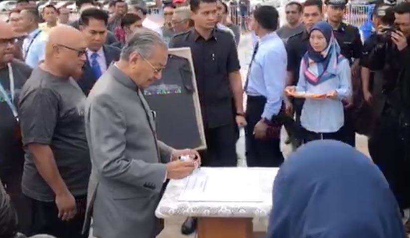Dr Mahathir merasmikan arca Putrajaya, mercu tanda pusat pentadbiran kerajaan persekutuan.