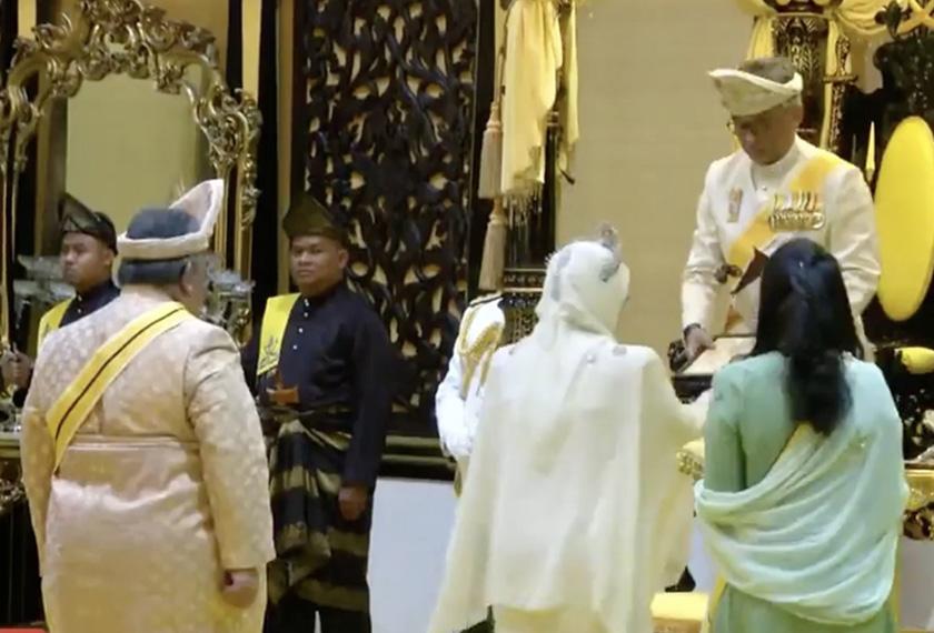 Pemasyhuran Tunku Azizah disempurnakan Sultan Pahang Al-Sultan Abdullah Ri'ayatuddin Al-Mustafa Billah Shah dalam Istiadat Pelantikan dan Pemasyhuran Tengku Ampuan Pahang hari ini. - Foto Bernama