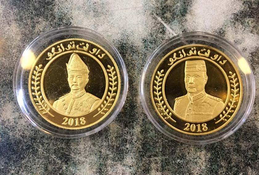 Syiling emas yang ditemui polis ketika melakukan serbuan. - Foto PDRM