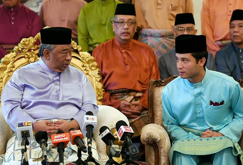TENGKU Fahd Mu'adzam Shah (kanan) di samping kekandanya, Tengku Abdul Rahman yang juga Tengku Muda Pahang dalam sidang media di Pekan, Pahang pada Sabtu. - Gambar Bernama
