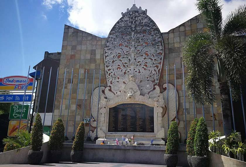 TUGU yang dibina di pulau peranginan Bali sebagai monumen peringatan pembunuhan 202 orang dalam tragedi pengeboman yang didakwa dilakukan Abu Bakar Bashir. - Gambar fail