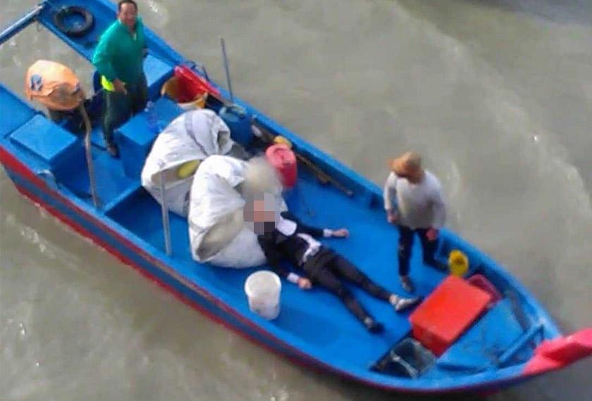 Lelaki berkenaan diselamatkan dengan dibawa naik ke atas bot nelayan. - Astro AWANI