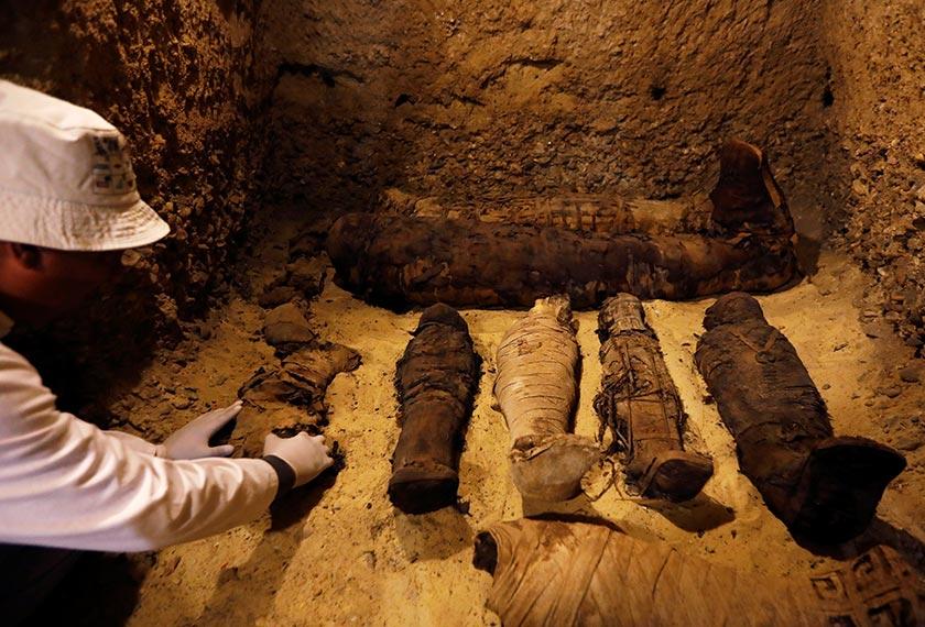 Sebahagian daripada 12 mumia kanak-kanak yang ditemui di tapak pengebumian tersebut. - Reuters