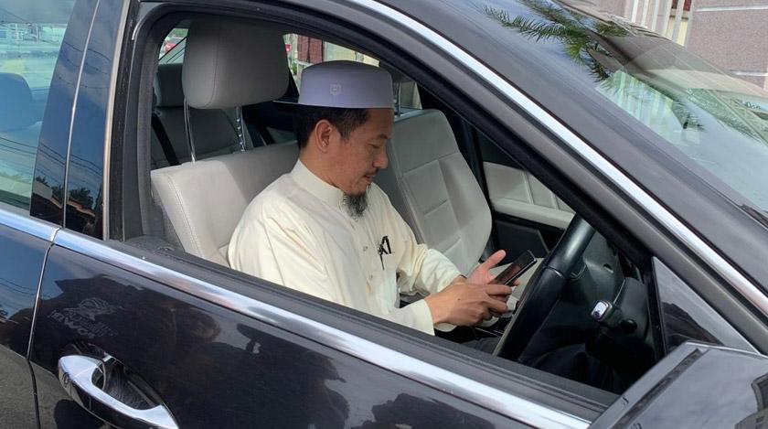 Nik Mohamed Abduh memandu sendiri kereta ke Pejabat SPRM Kelantan.