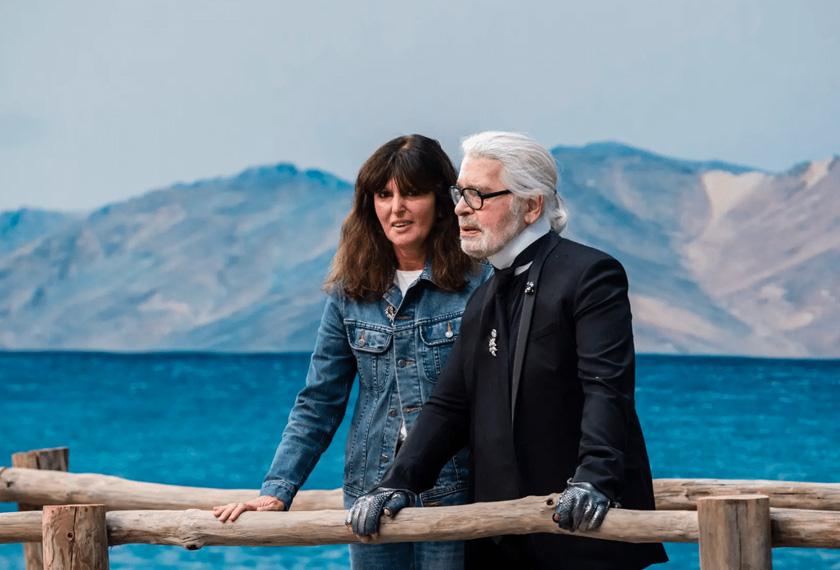 Lagerfeld dan 'tangan kanannya', Viard semasa pertunjukan musim bunga/panas 2019 Chanel Metiers d'Art 2018/2019  bertemakan pantai di Paris pada Oktober.