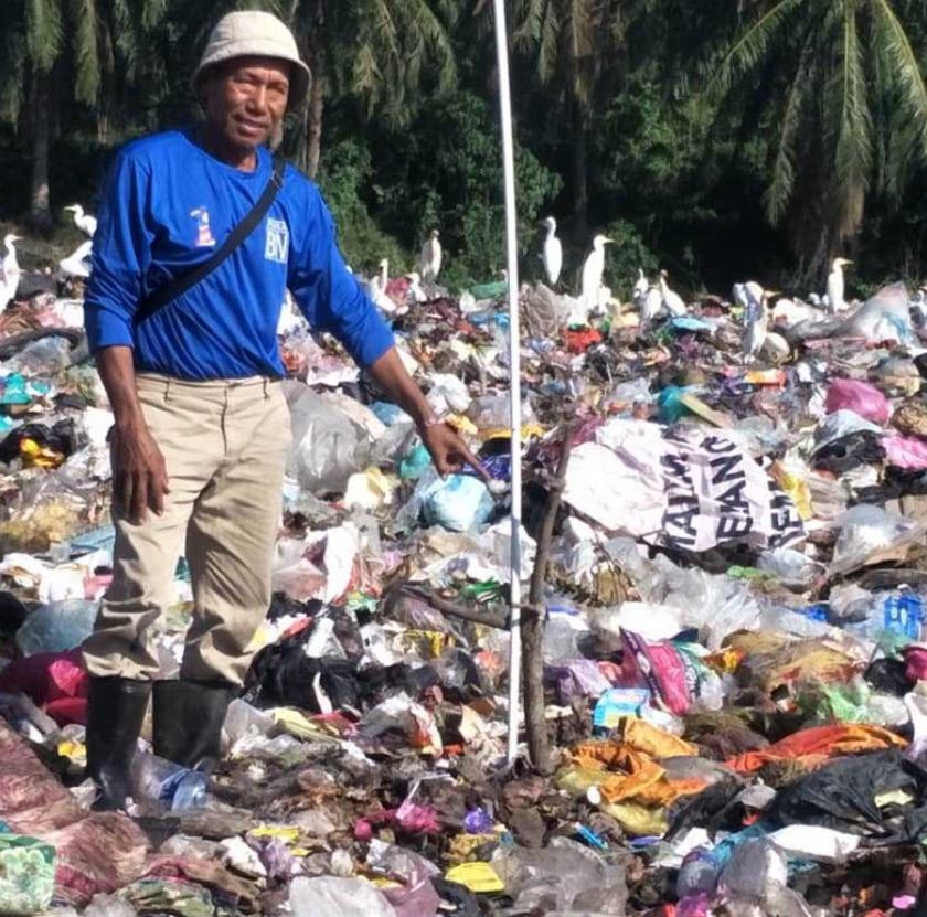 Seorang pemungut sampah menujukkan tempat dia menjumpai mayat bayi berkenaan. - Foto Astro AWANI