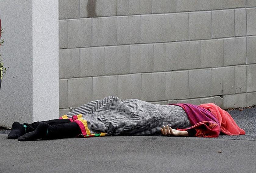 Mangsa tembakan rambang terbaring di kaki lima masjid di tengah Christchurch, New Zealand, 15 Mac, 2019. (Foto AP)